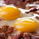 Jajka sadzone na kiełbasce