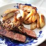 Kiełbasa z cebulką i opiekanymi ziemniakami