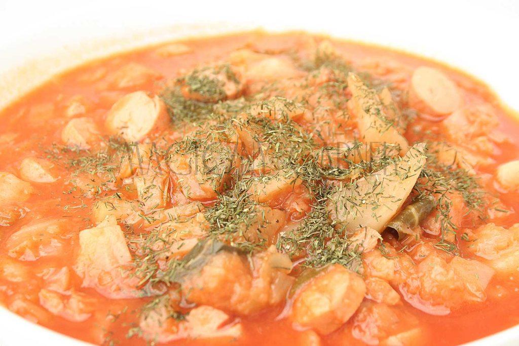Pomidorowy kapuśniak z parówką